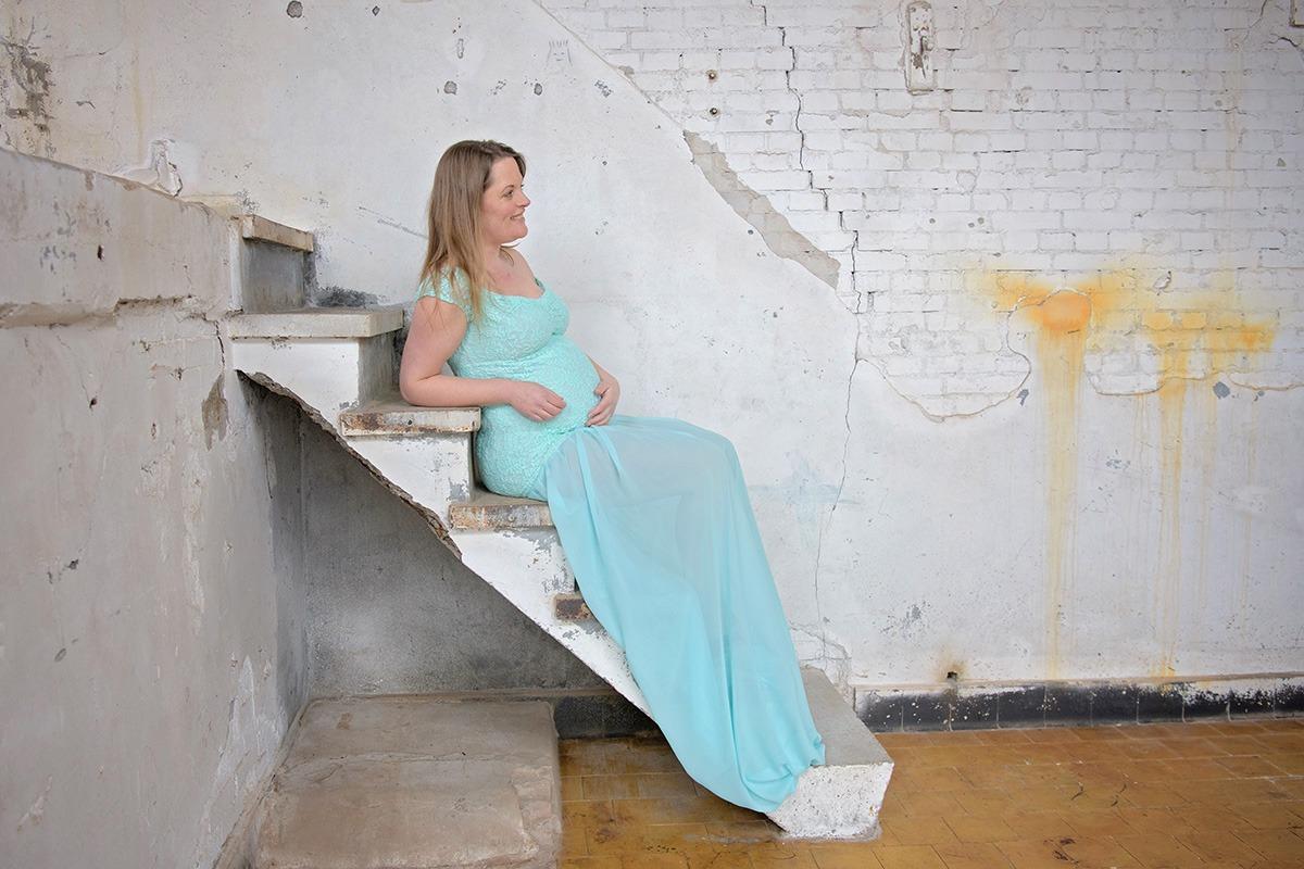 Zwangerschapsshoot in een oude melkfabriek